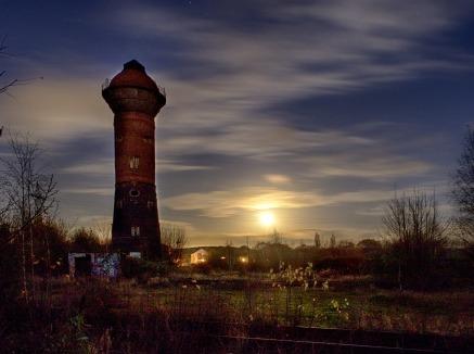 Wasserturm bei Mondaufgang