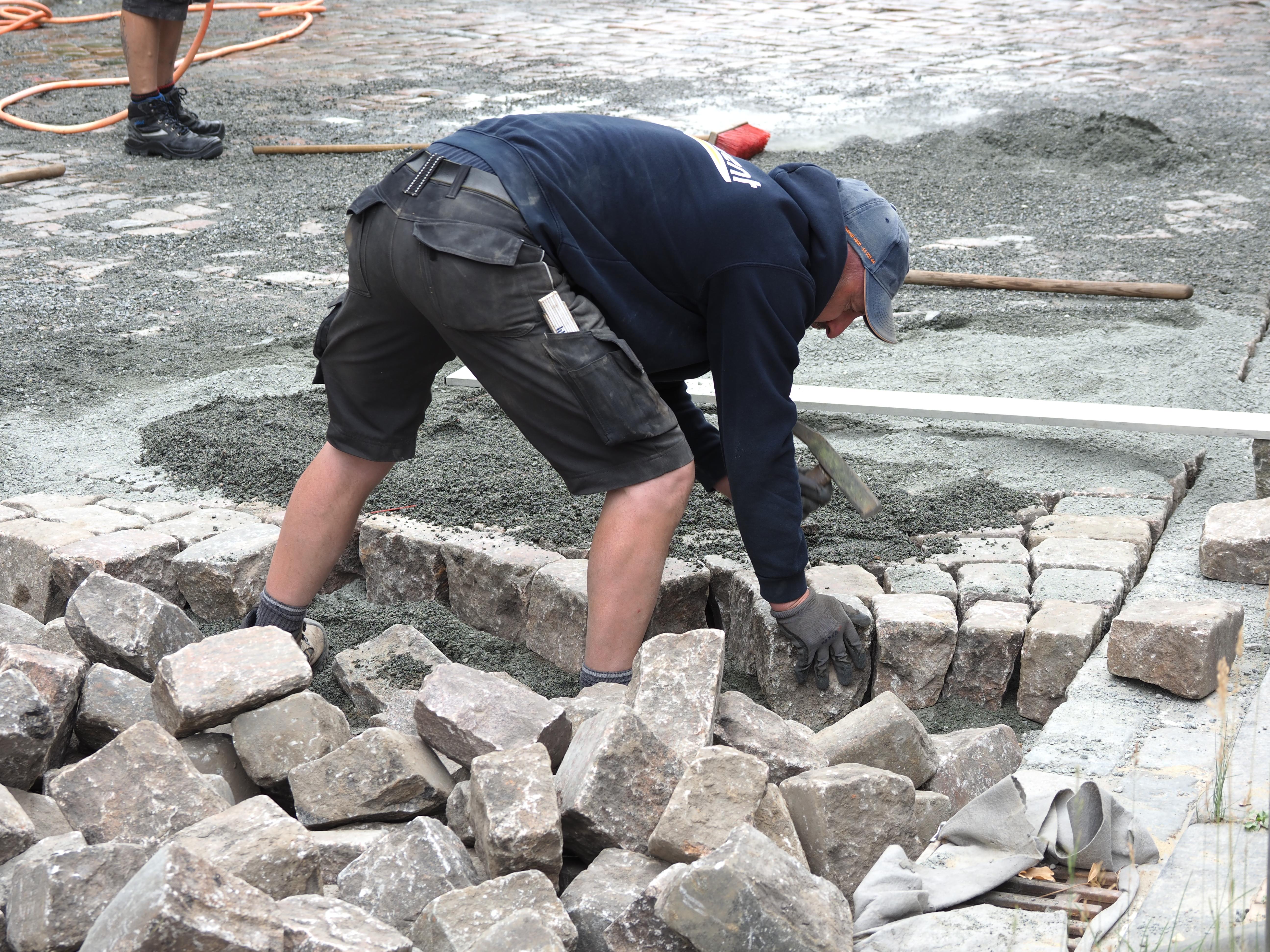 Der Stein muss ins Pflasterbild passen